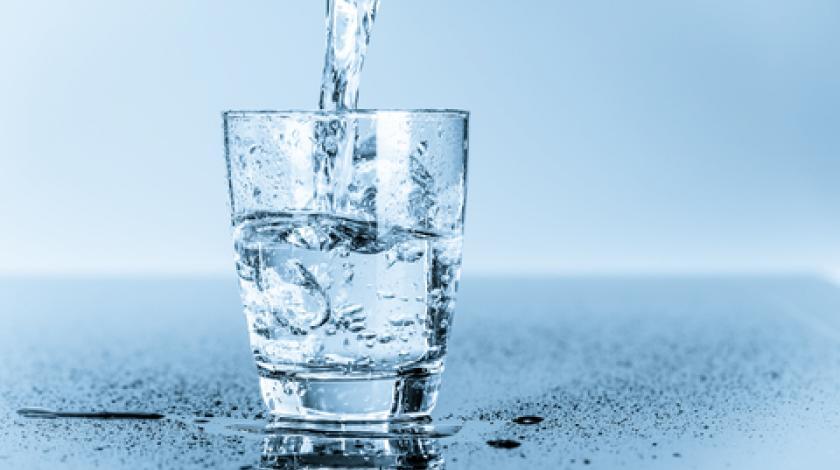 Не пијте вода додека јадете!