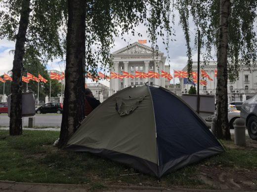 Советничка на Заев стопирала наплата на долг кон приватна фирма: Сопствениците продолжуваат со протестот пред Влада