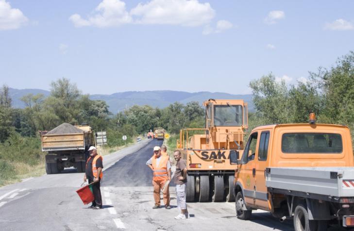 """Со колку милиони евра """"Македонијапат"""" ќе ги крпи дупките по патиштата?"""