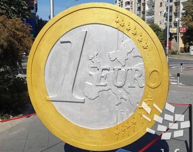 Поставено џиновско евро во центарот на градот
