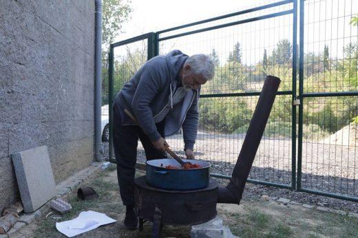 Како што вети така и направи: Стевче Јакимовски на 30 септември прави ајвар (Фото)