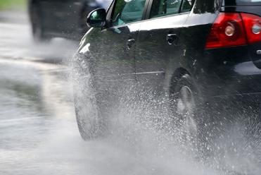 АМСМ: Сообраќајот по наместа влажни коловози