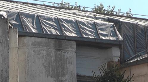 Најлон наместо кров на училиште поради политички препукувања меѓу општина Гостивар и МОН