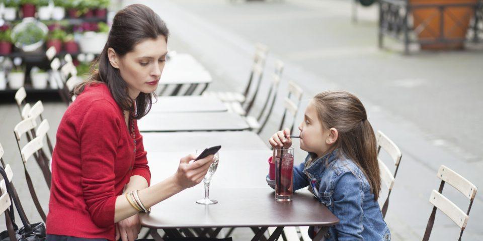 Зошто треба да го оставите телефонот додека сте со вашите деца