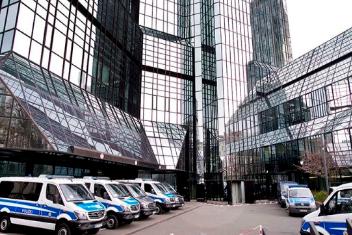 """ВТОР ДЕН ПРЕТРЕС: Германската полиција се уште е во просториите на """"Дојче банк"""" поради обвиненија за перење пари"""