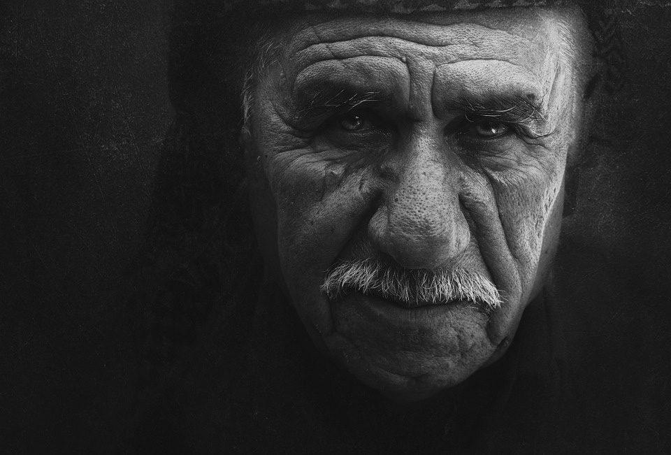 Старо верување: Знаете ли зошто не треба да чувате во домот фотографии на починатите?