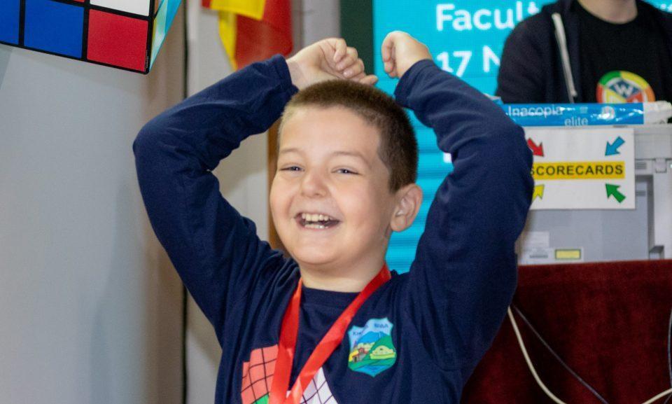 Со осум години Ѓорѓи руши рекорди: Ми требаат 2 секунди да ја решам Рубиковата коцка!