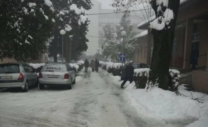 (ФОТО) Болницата во Тетово окована во снег и голомразица – болните не може да стигнат до лекар!