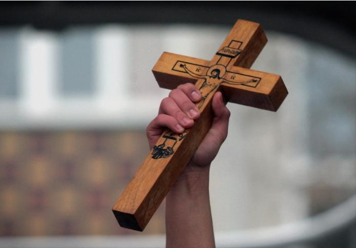 """Никола Златановски го фати крстот во базенот на храмот """"Свети Никола"""" Куманово"""