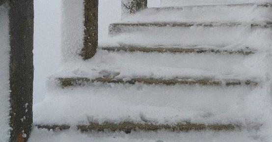 Како да се решите од замрзнатите скали и патеки пред вашиот дом