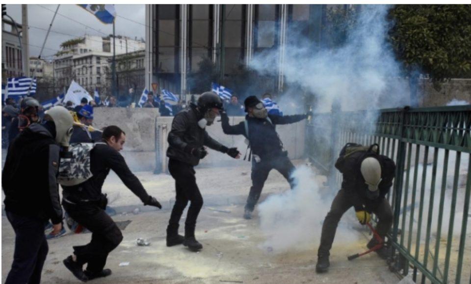 """Хаос во Грција: Демонстрантите викаа """"Македонија е грчка"""" и тргнаа кон парламентот, полицијата фрла солзавец"""