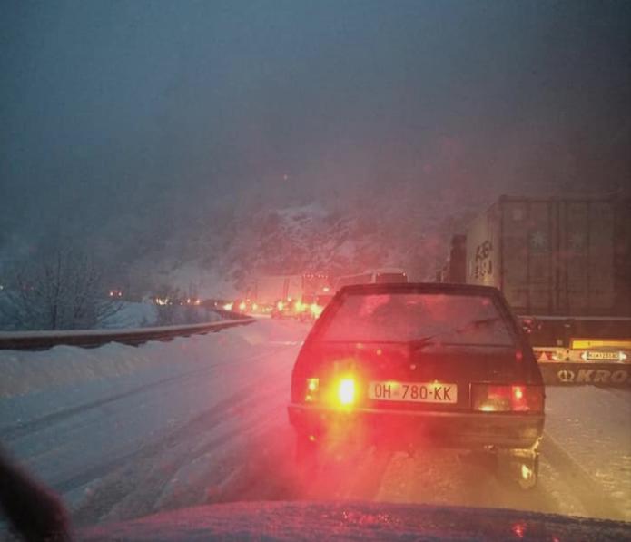 БИДЕТЕ ВНИМАТЕЛНИ НА ПАТИШТАТА: Вечерва снег во Македонија, еве каде вее во моментов