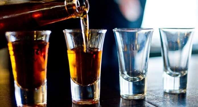 Алкохоличарите живеат 23 години помалку, пушачите 10
