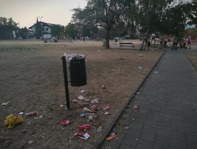 ФОТО: Паркот во Хром личи на депонија- што да научат децата кои тука трчаат и играат?
