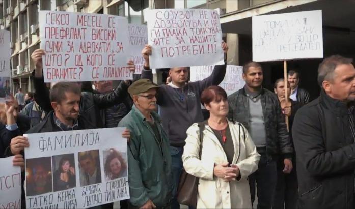 Глувонемите лица протестираа, додека власта им се закани дека доколку протестираат ќе им го укинат додатокот од четири илјади денари