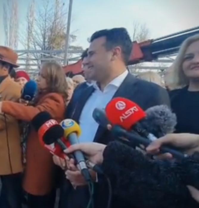 Заев револтирана жителка нарече дека сценира претстава, таа нему и на Наумовски му докажа дека не и е асфалтирана улицата и нема канализација
