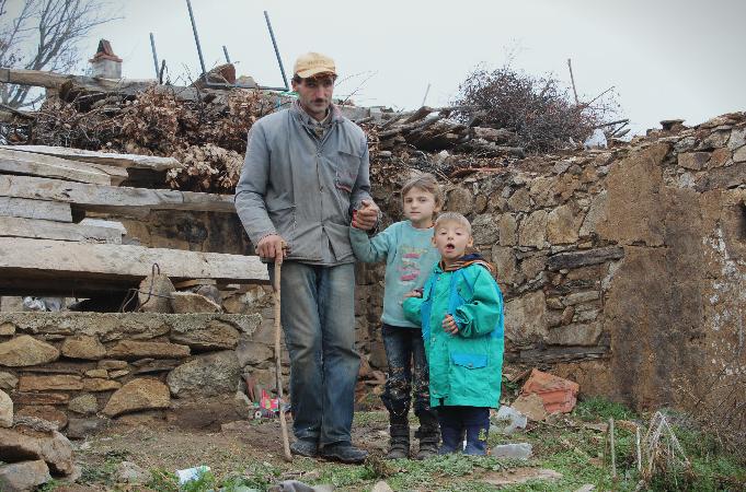ТАЖНА СТОРИЈА: Осумчлено слепо семејство од кумановско трипати одбиено за социјален стан