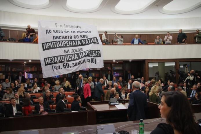 """Драма на комисиската расправа за Законот за ЈО: Пратеници на ВМРО-ДПМНЕ извадија """"реквизит"""" и го запраша Јовевски до кога ќе го крие писмото на Јанева"""