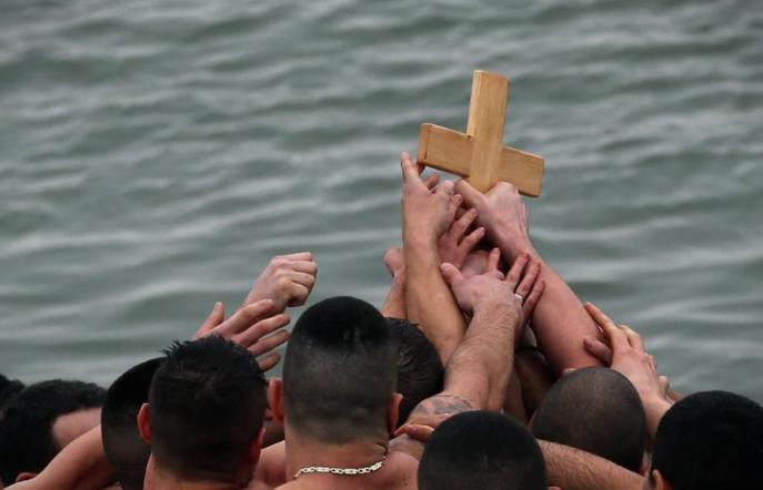 БОГ СЕ ЈАВИ: Православните верници го слават Богојавление – Водици