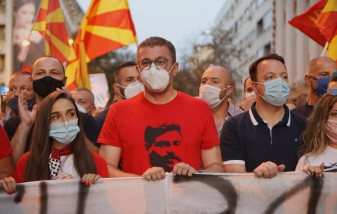 ФОТО: Мицкоски со Македонија на кичмата и Делчев на градите