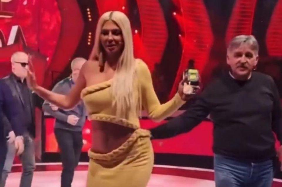 Карлеуша облече минијатурно бикини и се снимаше од сите страни, а потоа направи поза од која мажите паднаа во транс (ФОТО)